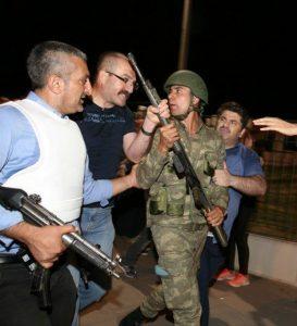 askerin-elinden-silahi-almaya-calisan-emniyetciler