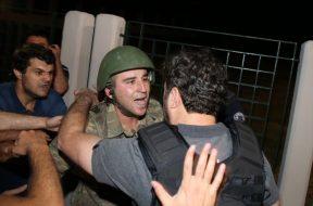 askerle-polis-birbirine-sariliyor
