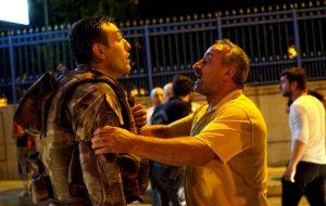 ataturk-havalimaninda-askeri-ikna-etmeye-calisan-halk