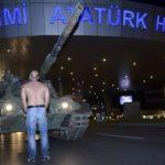 ataturk-havalimaninda-tankin-onune-gecmis-tek-adam-simgefotolardanbiri