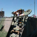 atletle-tank-suren-adam-selam-veriyor