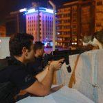 polis-siper-almis-elleri-tetikte-namlunun-ucundan-bir-kedi-geciyor