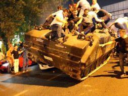 tanki-devirmeye-calisan-insanlar