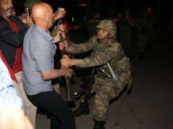 askerin-silahini-cekistiren-sivil