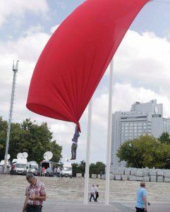 bayrakla-havalanip-sallanan-vatandas