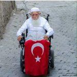 demokrasi-nobetinde-tekerlekli-sandalyede-aksakalli-dede