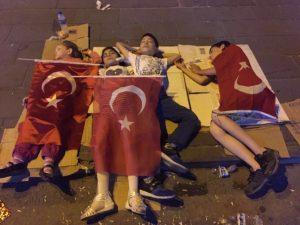 demokrasi-nobetinde-yerde-uyuyan-bayrakli-cocuklar