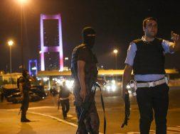 turk-polisi-koprude-maskeli-yuzleri