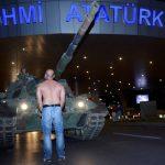 tanklarin-onunde-yari-ciplak-adam-havalimaninda-simge-foto