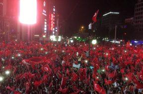 turkiye-darbe-girisimini-protesto-ediyor-yuzbinlerce-kisi-meydanlara-akin-etti-3